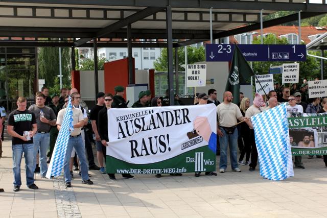 Neonazis mit rassistischem Transparent der neuen Neonazipartei 'Der III. Weg'.  Foto: Jan Nowak