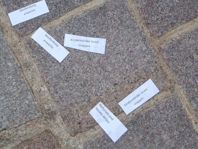 Ein paar der neonazistischen und antisemitischen Papierschnipsel auf dem Marktplatz. Foto: www.wug-gegen-rechts.de