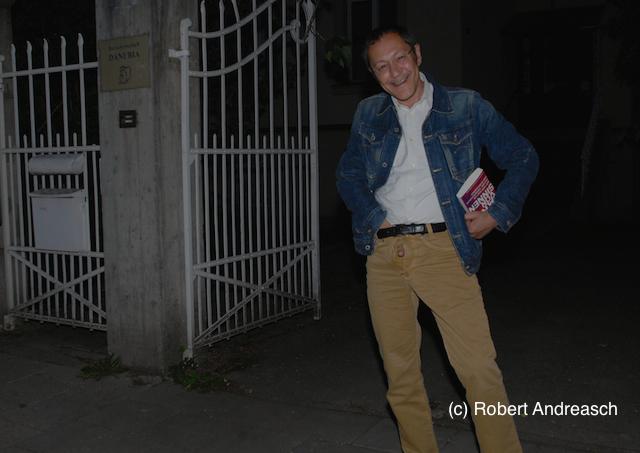 Akif Pirincci posiert und provoziert vor dem Haus der Burschenschaft Danubia mit sexistischen Gesten. Foto: Robert Andreasch