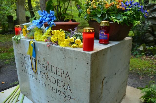 Sockel des Bandera-Grabes mit von den Neonazis hinterlassenem Grablicht. Foto: a.i.d.a.