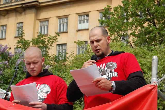 Robin Siener (r.) bei seiner Rede beim Neonaziaufmarsch am 1. Mai 2011 in Brno. Foto: a.i.d.a.