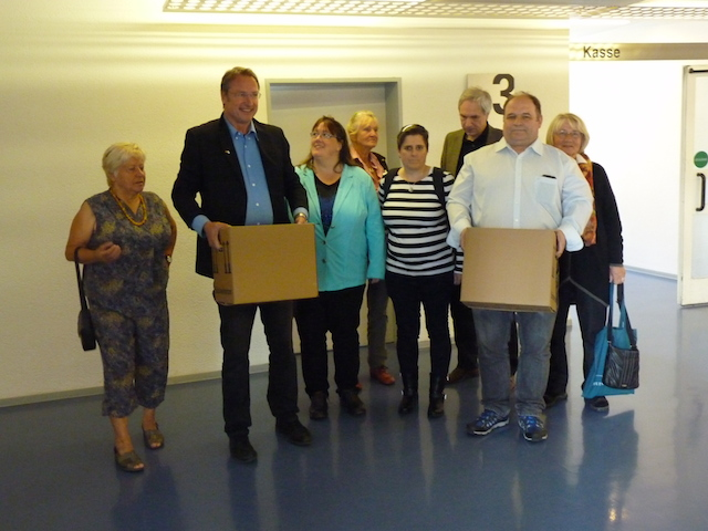 Michael Stürzenberger und Co. auf dem Weg zur Abgabe der Unterschriften im KVR-Zimmer 3008. Foto: a.i.d.a.