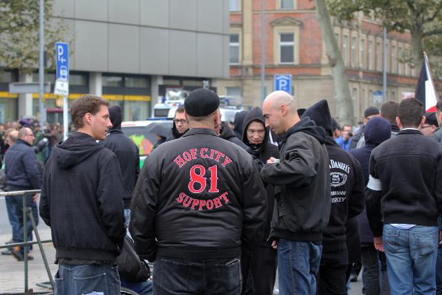 Ein Aufmarschteilnehmer bekennt sich zur Unterstützung der 'Hells Angels'-Rocker.  Foto: Jan Nowak