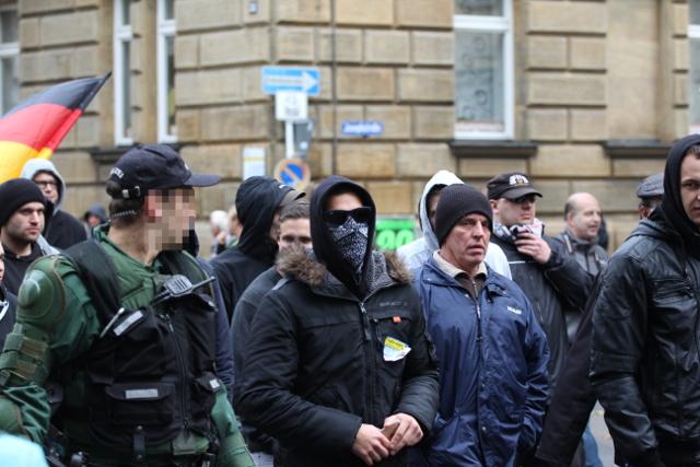 Ein vermummter Aufmarschteilnehmer - direkt neben der Polizei.  Foto: Jan Nowak