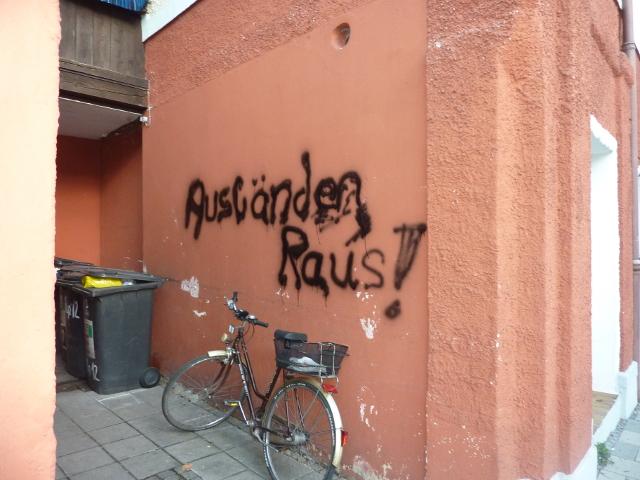 Rassistische Parole in der Rosenheimer Papinstraße. Foto: Infogruppe Rosenheim