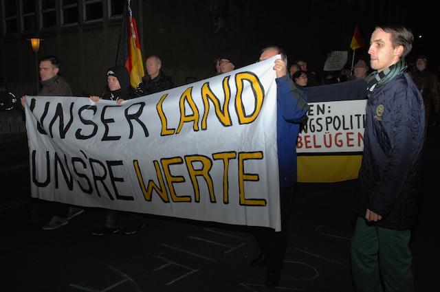 Fronttransparent beim abendlichen 'WÜGIDA'-Aufmarsch.  Foto: Robert Andreasch