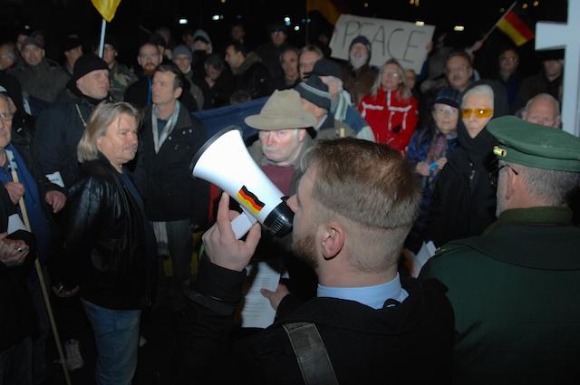 Der Versammlungsleiter auf der Auftaktkundgebung zum rassistischen 'WÜGIDA'-Marsch.  Foto: Robert Andreasch