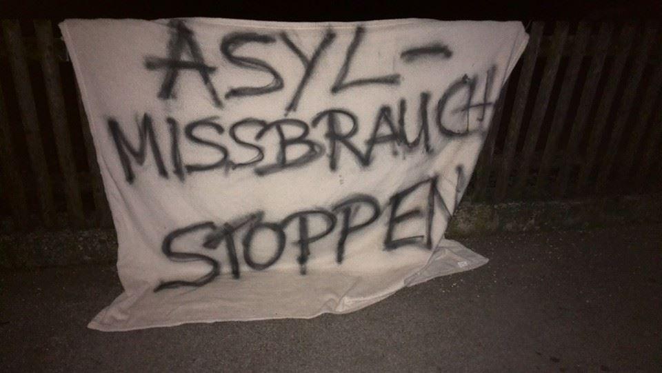 Das in der Nacht aufgehängte, rassistische Transparent. Foto: wug-gegen-rechts.de