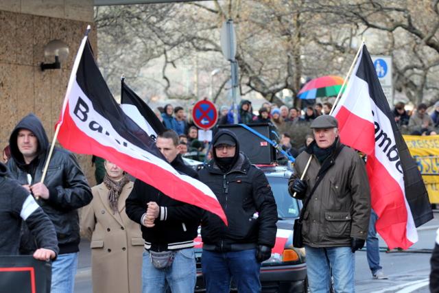 Mit schwarz-weiß-roten Reichsfahnen beim Aufmarsch.  Foto: Jan Nowak