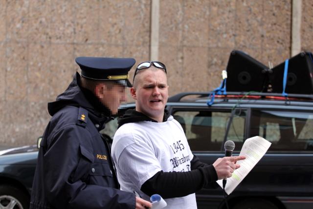 Der Versammlungsleiter Bernd Zeitler bespricht sich mit der Polizei.  Foto: Jan Nowak