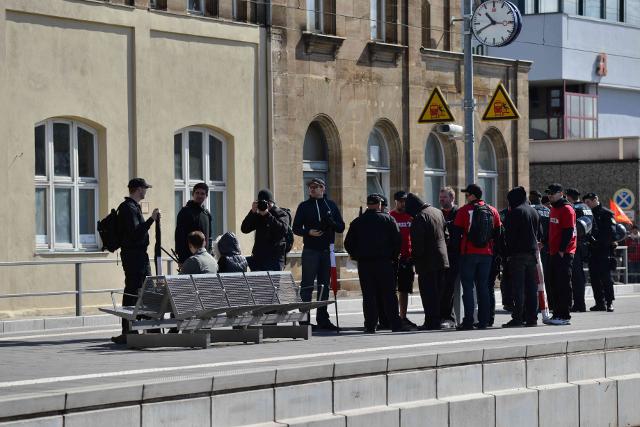 Warten am Bahnhof statt Kundgebung auf dem Vorplatz. Foto: Timo Müller