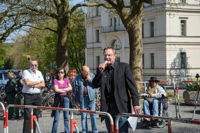 Kundgebung der DF u. a. mit den Rednern Michael Stürzenberger (vorne) und Christian Holz (hinten rechts). Foto: Sascha Arnhoff