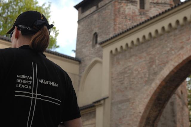 T-Shirt der rechtspopulistischen, antimuslimischen 'German Defence League' am Sendlinger Tor.  Foto: Robert Andreasch