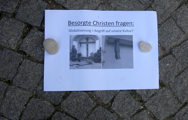 Rechte Parolen werden am Sendlinger Tor ausgelegt.  Foto: Robert Andreasch