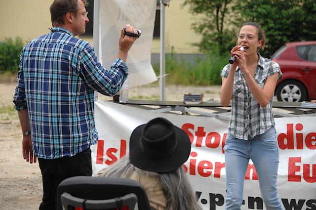Ester Seitz brüllt ins Mikrofon, Michael Stürzenberger filmt. Foto: Robert Andreasch