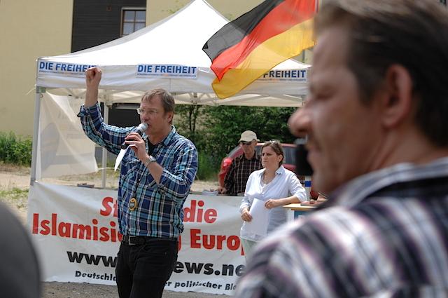Redner Michael Stürzenberger bei der Kundgebung in Pfaffenhofen.  Foto: Robert Andreasch