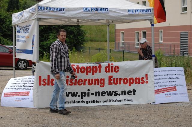 Das Großtransparent am Pavillon wirbt für das rassistische Onlineportal 'PI-News'. Foto: Robert Andreasch