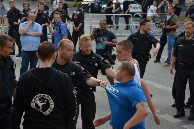 Polizeibeamt_innen (l.) und Karl Heinz Statzberger (r.). Foto: a.i.d.a.