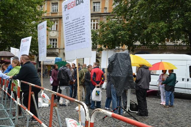 PEGIDA-Kundgebung auf dem Rindermarkt im Regen.  Foto: a.i.d.a.
