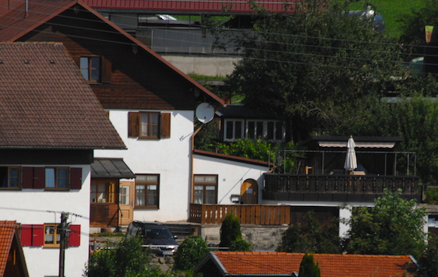 Die Immobilie in Rieggis mit ehemaligem Gasthaus und Doppelgarage.  Foto: Robert Andreasch