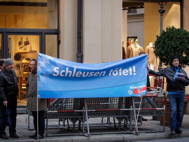 Eines von zwei Transparenten bei der Kundgebung der AfD.  Foto: Reflektierter Bengel