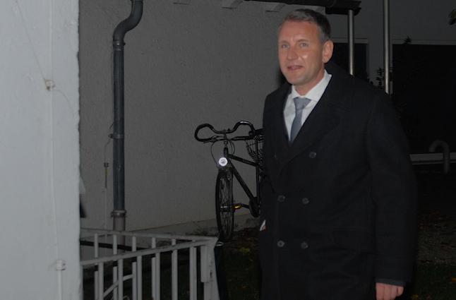 Björn Höcke kommt durch den Hinterhof zum Veranstaltungsort.  Foto: Robert Andreasch