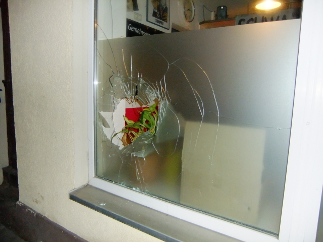 Das Fenster des Stadtteilladens nach dem Angriff. Foto: Organisierte Autonomie