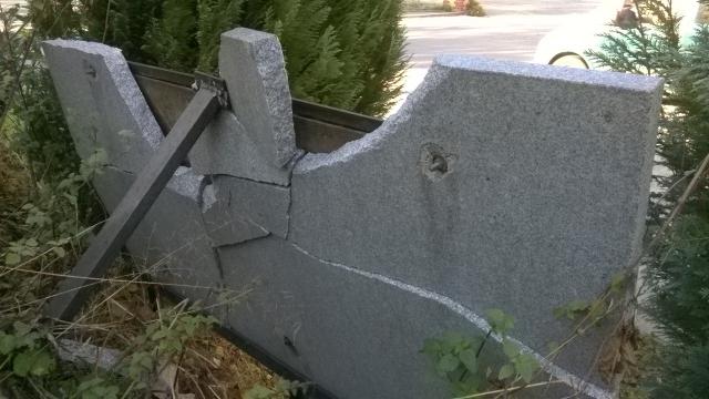 Die Täter_innen zerstörtenn die Marmorplatte der Schumann-Lahn-Gedenktafel. Foto: GEW Rosenheim