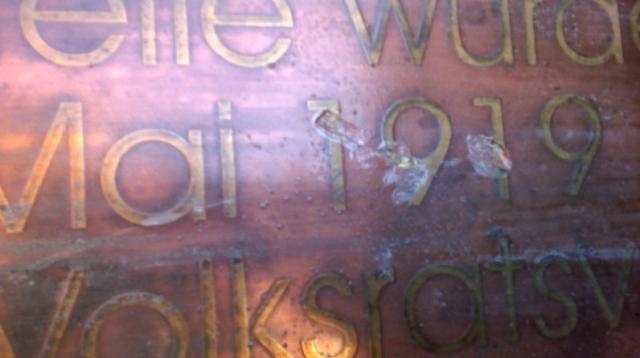 Die Täter_innen beschädigten auch die Messingplatte irreparabel.  Foto: GEW Rosenheim