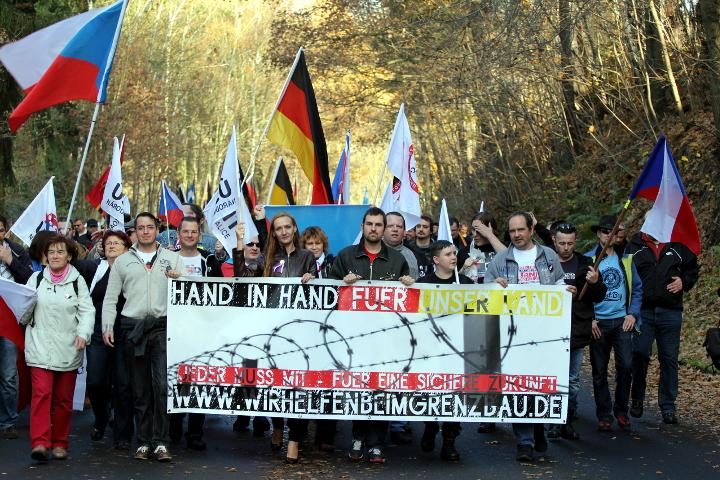 Fronttransparent bei der 'Wir helfen beim Grenzbau'-Aktion in Schirnding. Foto: Jan Nowak