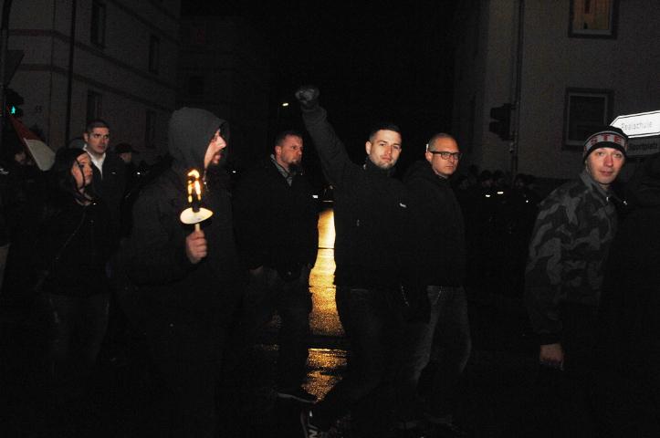 Mit abgebrannter Fackel und erhobener Faust auf dem Rückweg zur Abschlusskundgebung.  Foto:Robert Andreasch