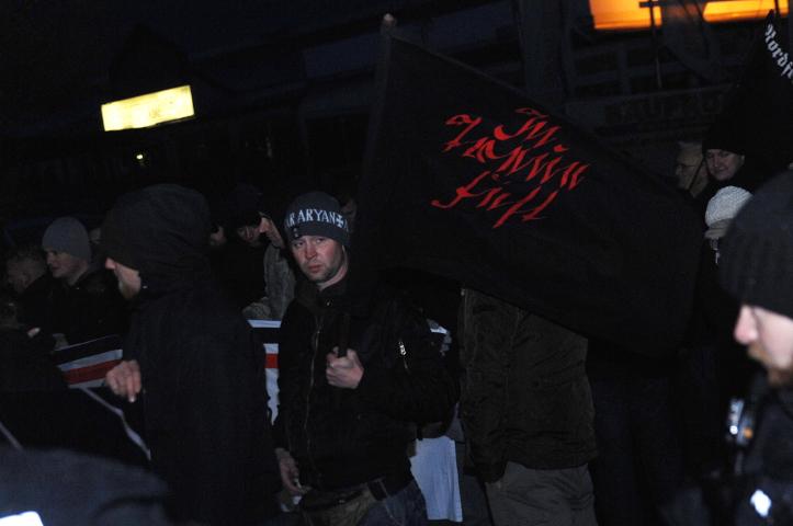 Dieser Teilnehmer kam mit 'In Treue fest'-Fahne zum neonazistischen 'Heldengedenken'.  Foto: Robert Andreasch