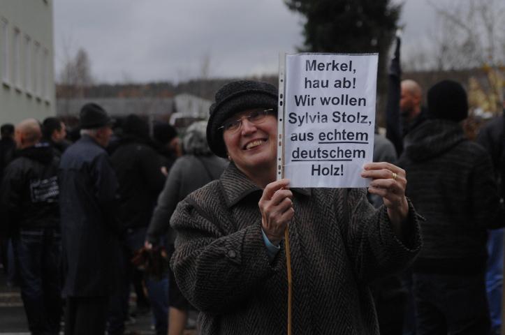 Diese Aufmarschteilnehmerin macht sich für die Holocaustleugnerin Sylvia Stolz stark.  Foto: Robert Andreasch