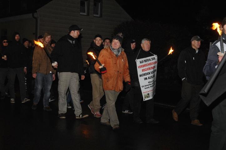 Auch der Ingolstädter NPD-Funktionär Stefan Faber (m.) nimmt am Marsch der Konkurrenzpartei 'Der dritte Weg' teil.  Foto: Robert Andreasch