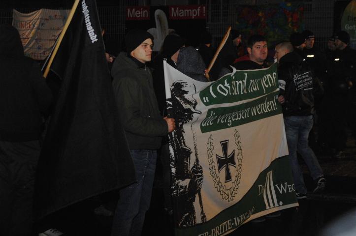 Neonazis tragen ein Transparent der Neonazi-Partei 'Der dritte Weg'.  Foto: Robert Andreasch