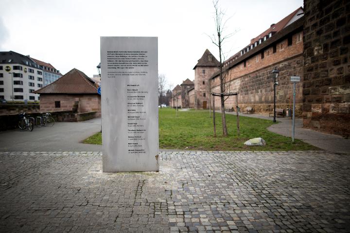 Das beschmutzte Denkmal an der Stadtmauer. Foto: www.24mmjournalism.com