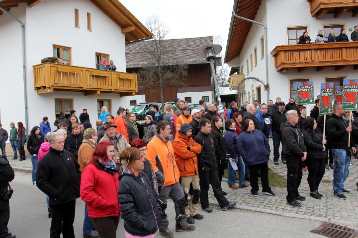 Interessierte Bürger_innen stellen sich zur neonazistischen Kundgebung.  Foto: Jan Nowak
