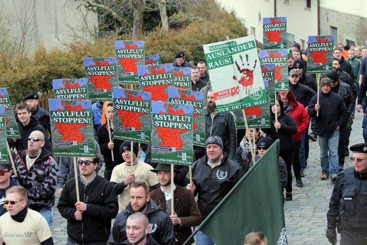 Der neonazistische Aufmarsch durch Arnbruck.  Foto: Jan Nowak