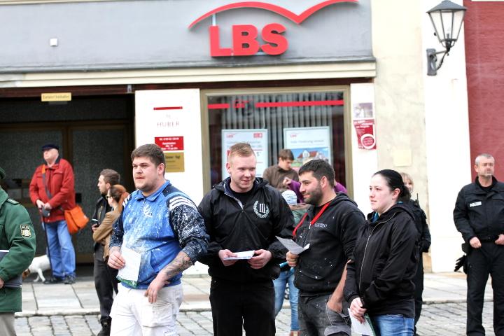 Flugblattverteilung am Rande der Kundgebung.  Foto: Jan Nowak