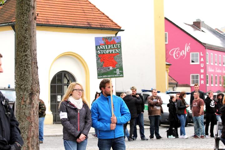 Ordnerin und Teilnehmer mit Schild der Neonazipartei 'Der dritte Weg' in Viechtach.  Foto: Jan Nowak