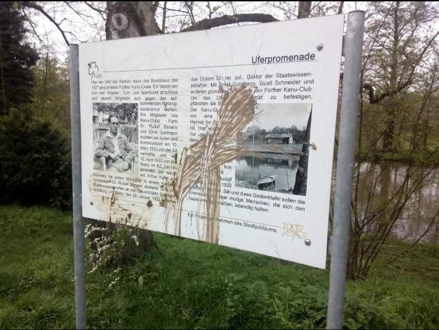 Die mit Dreck beschmierte Gedenktafel. Foto: BgR Fürth