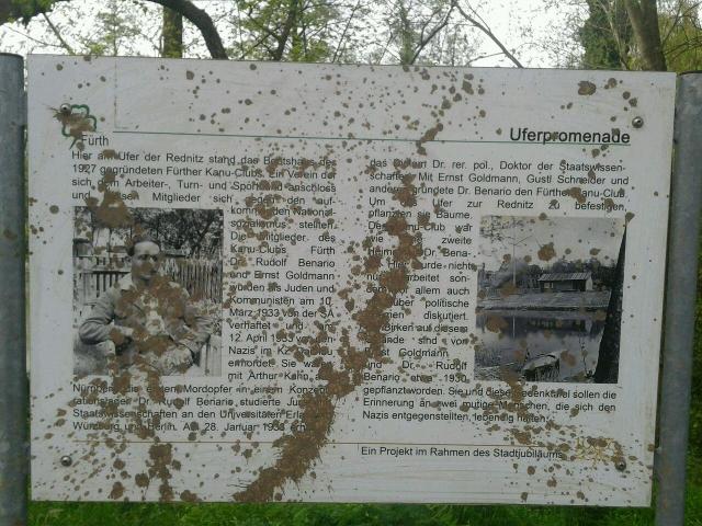 Die mit Dreck beschmierte Gedenktafel. Foto: a.i.d.a.