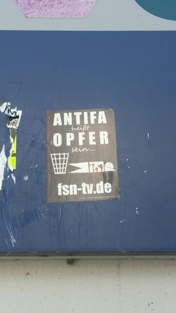 Solche Aufkleber mit Drohungen gegen Antifaschist_innen verklebten die Unbekannten auf dem Bahnhofsgelände. Foto: a.i.d.a.