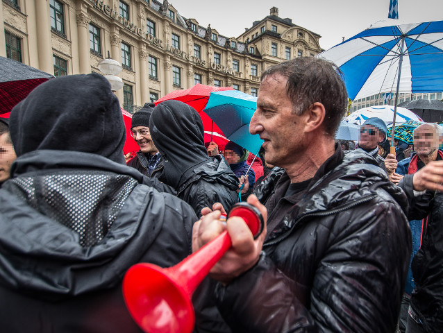 Heinz Meyer ('PEGIDA München') taucht mit Tröte auf der antirassistischen Veranstaltung auf. Foto: dp