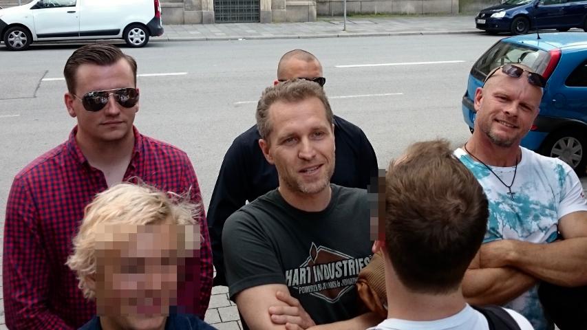Petr Bystron (m.) und die anderen rechten vor dem Hoftor des Eine Welt Hauses. Foto: Robert Andreasch