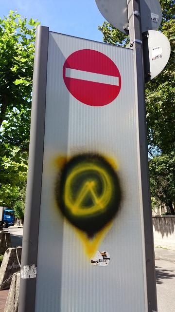 """Logo der """"Identitären Bewegung"""" auf Verkehrsschild in der Fuchsstraße.  Foto: Robert Andreasch"""