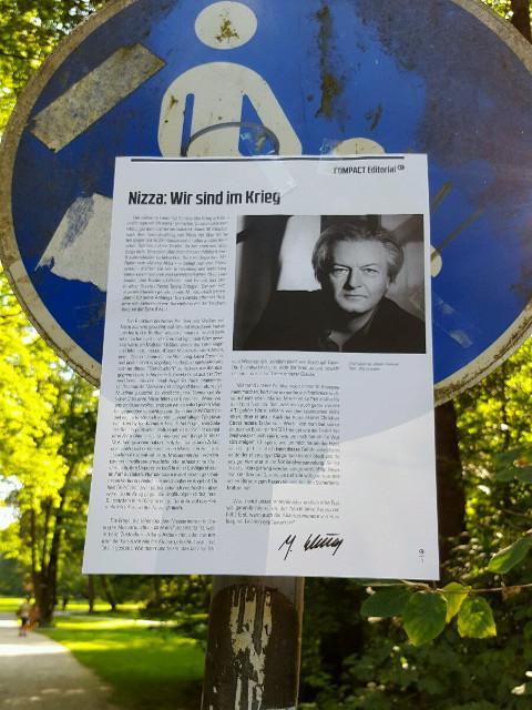 'Compact'-Artikel an Schildern im Englischen Garten. Foto: a.i.d.a.
