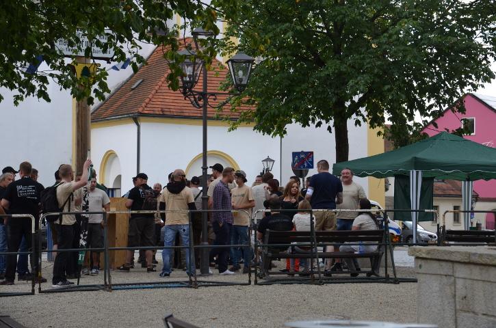 Neonazis kurz vor dem Versammlungsbeginn in Viechtach.  Foto: Marcus Buschmüller