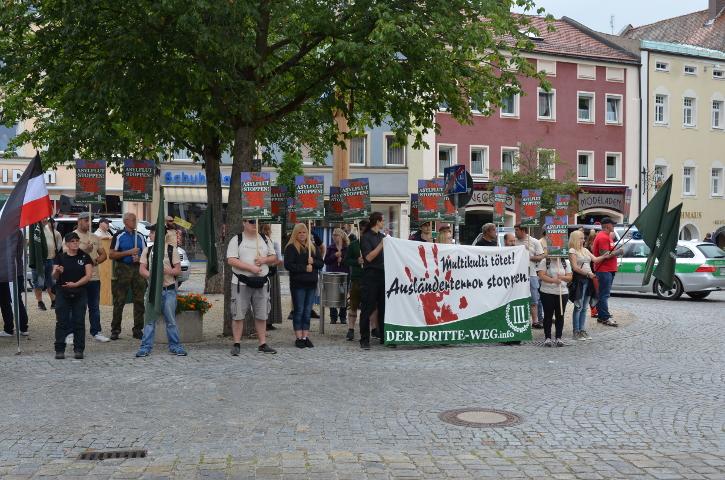 Auftaktkundgebung der Neonazis in Viechtach. Foto: Marcus Buschmüller