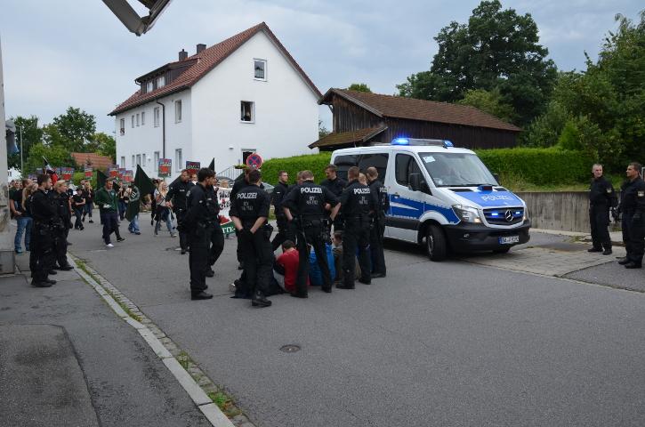Sitzblockade von Antifaschist_innen gegen den Neonaziaufmarsch.  Foto: Marcus Buschmüller